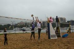 Participantes del final del campeonato de Petersburgo en voleibol de playa en la isla de Elagin Foto de archivo libre de regalías