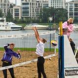 Participantes del final del campeonato de Petersburgo en voleibol de playa en la isla de Elagin Fotografía de archivo