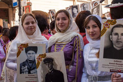 Participantes del regimiento inmortal - acción pública, durante la cual los participantes llevaron banderas Imagen de archivo libre de regalías
