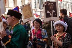 Participantes del regimiento inmortal - acción pública, durante la cual los participantes llevaron banderas Fotos de archivo libres de regalías