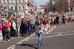 Participantes del regimiento inmortal - acción pública, durante la cual los participantes llevaron banderas Fotos de archivo