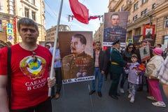 Participantes del regimiento inmortal - acción pública, durante la cual los participantes llevaron banderas/los retratos Imagenes de archivo