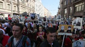 Participantes del regimiento inmortal - acción pública, durante la cual los participantes llevaron banderas/los retratos metrajes