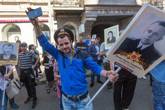 Participantes del regimiento inmortal - acción pública, durante la cual los participantes llevaron banderas/los retratos Fotos de archivo