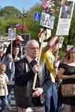 Participantes del regimiento inmortal - acción pública, durante la cual los participantes llevaron el retrato Fotos de archivo