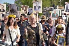 Participantes del regimiento inmortal - acción pública, durante la cual los participantes llevaron el retrato Fotografía de archivo