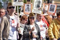 Participantes del regimiento inmortal - acción pública, durante la cual los participantes llevaron el retrato Fotos de archivo libres de regalías