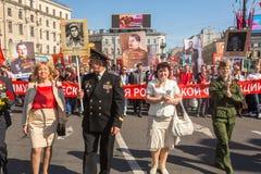 Participantes del regimiento inmortal - acción pública internacional, que ocurre en Rusia y algunos países de cerca Foto de archivo libre de regalías