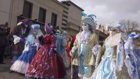 Participantes do carnaval nas máscaras que levantam para fotógrafo vídeos de arquivo