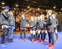 Participantes do grupo da dança com o líder Imagens de Stock