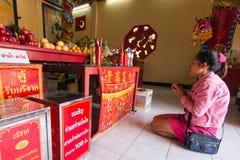 Participantes durante el Año Nuevo chino de la celebración en el templo de Koh Chang Chinese Imágenes de archivo libres de regalías