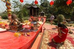 Participantes durante el Año Nuevo chino de la celebración en el templo de Koh Chang Chinese Imagen de archivo