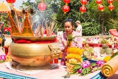 Participantes durante el Año Nuevo chino de la celebración en el templo de Koh Chang Chinese Fotos de archivo