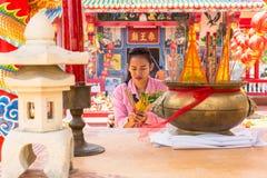 Participantes durante el Año Nuevo chino de la celebración en el templo de Koh Chang Chinese Imagen de archivo libre de regalías