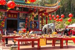 Participantes durante el Año Nuevo chino de la celebración en el templo de Koh Chang Chinese Fotografía de archivo