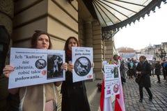 Participantes durante o protesto, contra trazer tropas do russo na Crimeia Cartazes: Ucrânia sem Putin, e Putin - ladrão Imagens de Stock