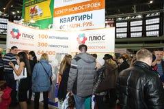 Participantes e visitantes de uma habitação social exposição-real aberta do seminário da propriedade imagem de stock royalty free