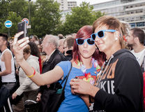 Participantes elaboradamente vestidos que tomam o selfie, durante Christoph Imagem de Stock