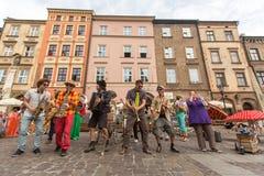 Participantes en anualmente (9-12 de julio) el 28vo cuarto festival internacional de los teatros de la calle Fotografía de archivo libre de regalías