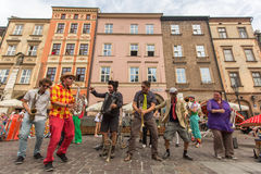 Participantes en anualmente (9-12 de julio) el 28vo cuarto festival internacional de los teatros de la calle Fotos de archivo
