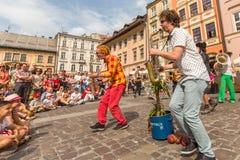 Participantes en anualmente (9-12 de julio) el 28vo cuarto festival internacional de los teatros de la calle Fotografía de archivo