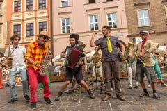 Participantes en anualmente (9-12 de julio) el 28vo cuarto festival internacional de los teatros de la calle Foto de archivo