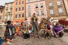 Participantes en anualmente (9-12 de julio) el 28vo cuarto festival internacional de los teatros de la calle Imagenes de archivo