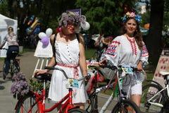 Participantes en el carnaval anual de los ciclistas, Minsk, Bielorrusia imagen de archivo libre de regalías