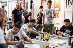 Participantes en el 10mo convenio internacional del tatuaje en centro de la Congreso-EXPO Imágenes de archivo libres de regalías