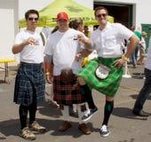 Participantes en hecho en el festival de la cerveza de la cortina fotos de archivo libres de regalías