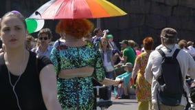 Participantes en la competencia de la reina de fricción en trajes coloridos Desfile de orgullo gay en las calles de Helsinki almacen de metraje de vídeo
