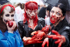 Participantes fêmeas preparados na caminhada do zombi Fotos de Stock