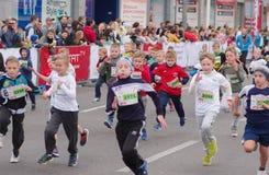 Participantes jovenes que se apresuran a la meta durante la sección de los niños de la raza del ` del maratón de Dnepr Eco del ` Fotos de archivo libres de regalías