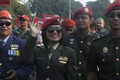 Participantes militares del desfile que se lanzan en paracaídas en la ciudad a solas, Java central Fotografía de archivo libre de regalías