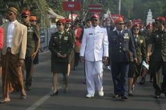 Participantes militares del desfile que se lanzan en paracaídas en la ciudad a solas, Java central Fotografía de archivo