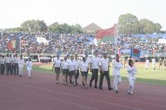 Participantes militares del desfile que se lanzan en paracaídas en la ciudad a solas, Java central Imagen de archivo libre de regalías