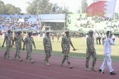 Participantes militares del desfile que se lanzan en paracaídas en la ciudad a solas, Java central Foto de archivo