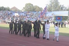 Participantes militares del desfile que se lanzan en paracaídas en la ciudad a solas, Java central Imágenes de archivo libres de regalías
