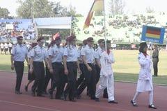 Participantes militares del desfile que se lanzan en paracaídas en la ciudad a solas, Java central Fotos de archivo libres de regalías