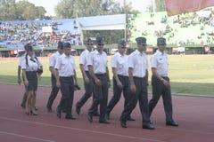 Participantes militares del desfile que se lanzan en paracaídas en la ciudad a solas, Java central Imagenes de archivo