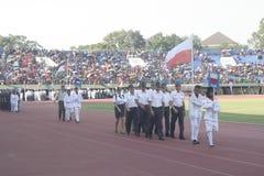 Participantes militares del desfile que se lanzan en paracaídas en la ciudad a solas, Java central Foto de archivo libre de regalías