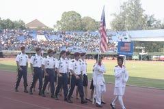 Participantes militares del desfile que se lanzan en paracaídas en la ciudad a solas, Java central Fotos de archivo