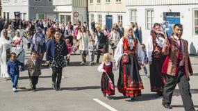Participantes multiculturais durante a parada da independência fotografia de stock