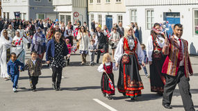 Participantes multiculturales durante el desfile de la independencia fotografía de archivo