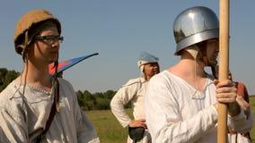 Participantes não identificados em trajes de período medievais durante o festival histórico do Reenactment vídeos de arquivo