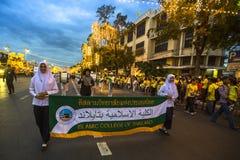 Participantes não identificados na celebração do 87th aniversário do rei Bhumibol Adulyadej de Tailândia Imagem de Stock Royalty Free