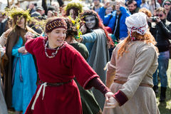 Participantes no identificados de Rekawka - tradición polaca, celebrados en Kraków el martes después de Pascua Fotos de archivo