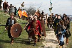 Participantes no identificados de Rekawka - tradición polaca, celebrados en Kraków el martes después de Pascua Foto de archivo