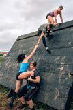 Participantes no obstáculo de escalada da pirâmide do curso de obstáculo imagens de stock