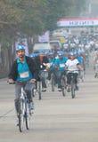 Participantes que completan un ciclo en el paseo de la república Imagen de archivo